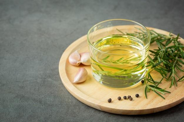 Olie met rozemarijn op tafel