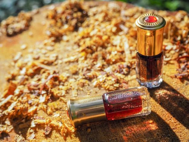 Olie oudh. arabische olie oud natuurlijke achtergrond van boomschors.