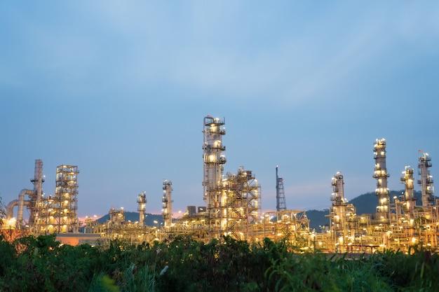 Olie petrochemische raffinaderij plant tijdens zonsondergang