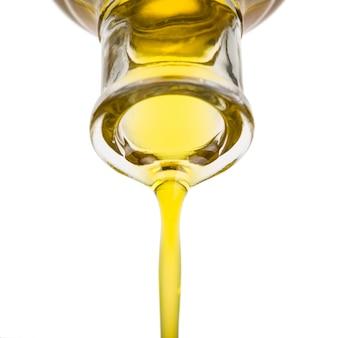 Olie uit een fles gieten.
