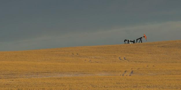 Oliebronnen in het veld, cowboy trail, alberta highway 22, alberta, canada