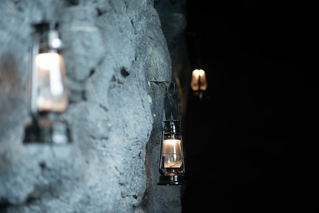 Olielamp opknoping op de stenen muur van de grot