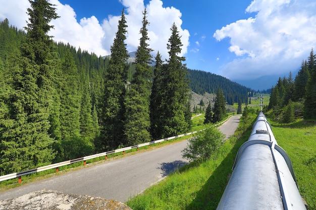 Oliepijpleiding in de bergen