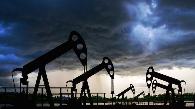 Oliepomp booreiland energie industriële machine voor aardolie in de zonsondergang