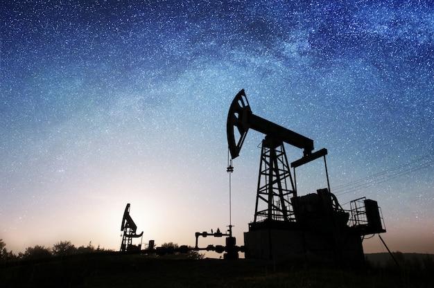 Oliepomp op het olieveld in de nacht