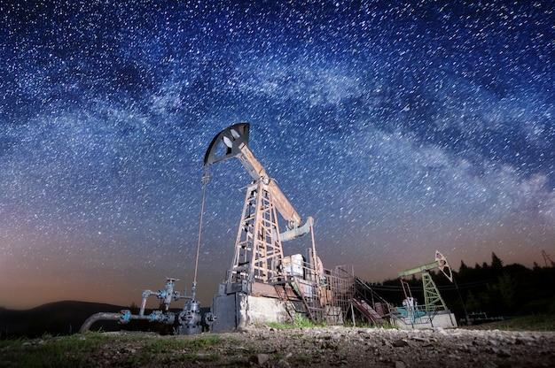 Oliepompen op het olieveld in de nacht