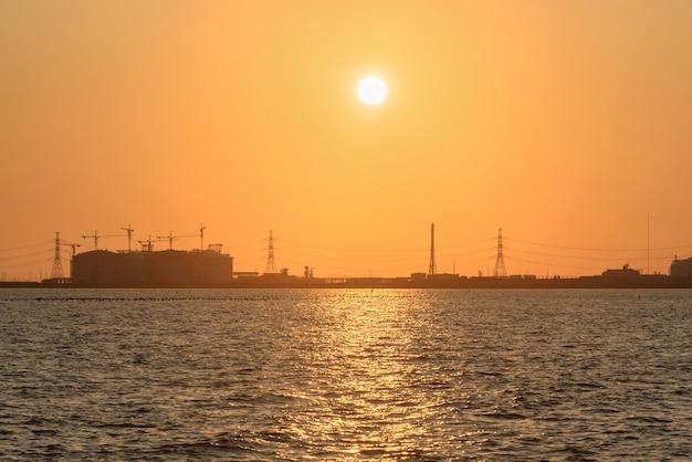 Olieraffinaderij bij zonlicht