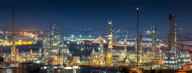 Olieraffinaderij-industrie voor destillaat ruwe olie tot benzine voor energiebedrijven en transport.