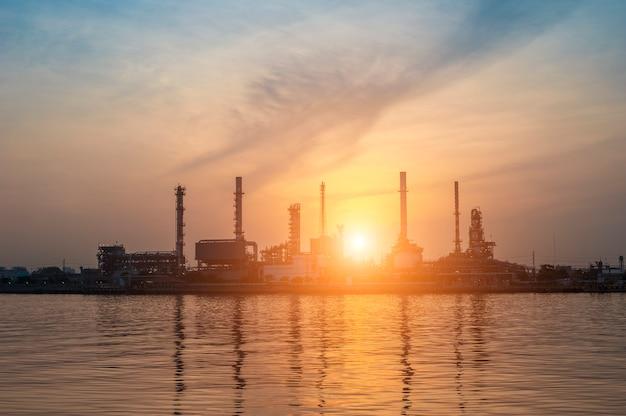 Olieraffinaderij met zonsopgang