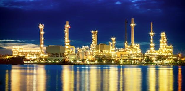 Olieraffinaderijinstallatie bij schemering