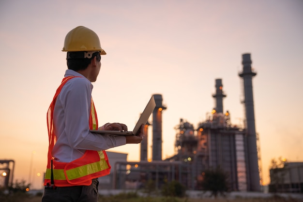 Olieraffinaderijinstallatie bij zonsopgang