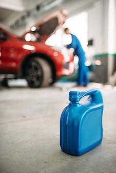 Oliereservoir op de vloer bij autoservice