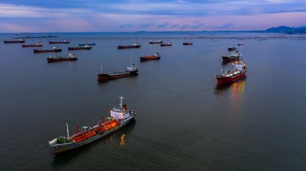 Olietanker schip en lpg tanker schip, luchtfoto tanker schip, olie en gas chemische tanker in open zee, raffinaderij industrie vrachtschip.