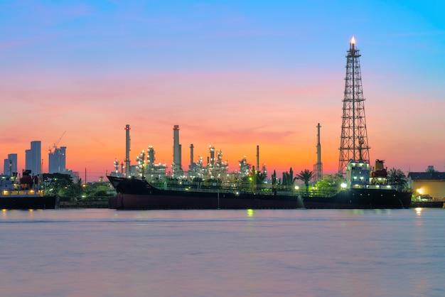 Olietanker voor de raffinaderij.