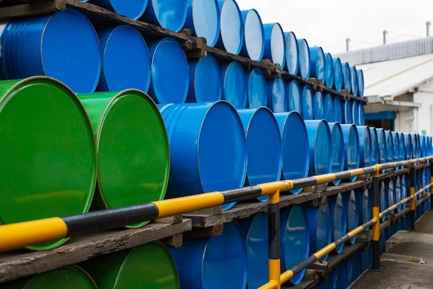 Olievaten blauw en groen of chemische vaten horizontaal gestapeld