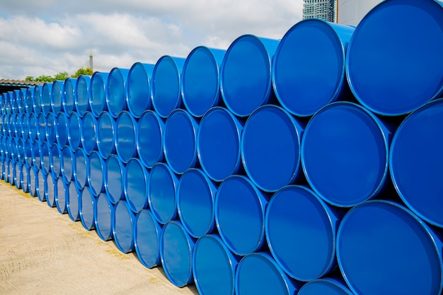 Olievaten blauw of chemicaliënvaten horizontaal gestapeld