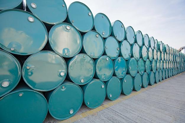 Olievaten groen of chemicaliënvaten horizontaal gestapeld