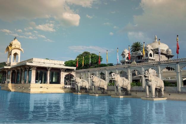 Olifanten in jag mandir is een paleis gebouwd op een eiland in het meer pichola