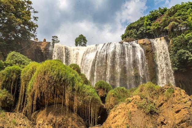 Olifantswaterval in dalat, vietnam in een zomerdag