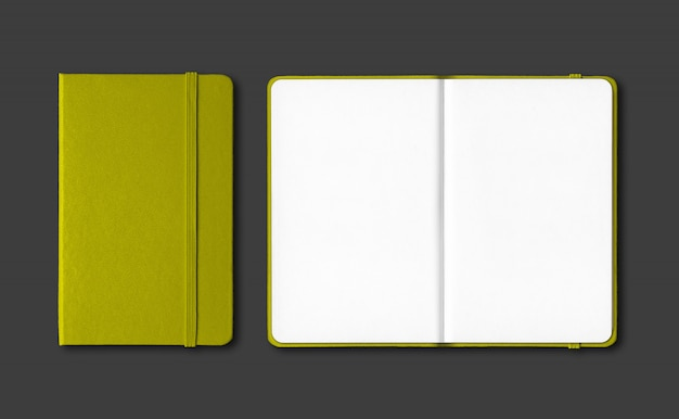 Olijfgroen gesloten en open notebooks geïsoleerd op zwart