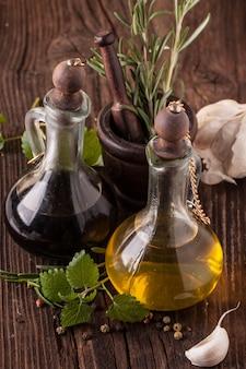 Olijfolie en azijn met kruiden