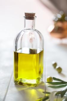 Olijfolie en olijven op de tafel. spaans eten