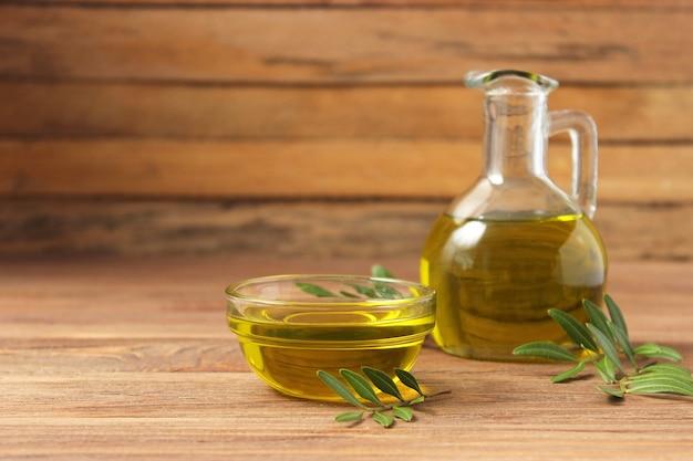 Olijfolie groene bladeren en olijven op tafel