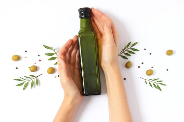 Olijfolie in een fles op een witte achtergrond bovenaanzicht