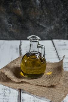 Olijfolie in een glazen kan