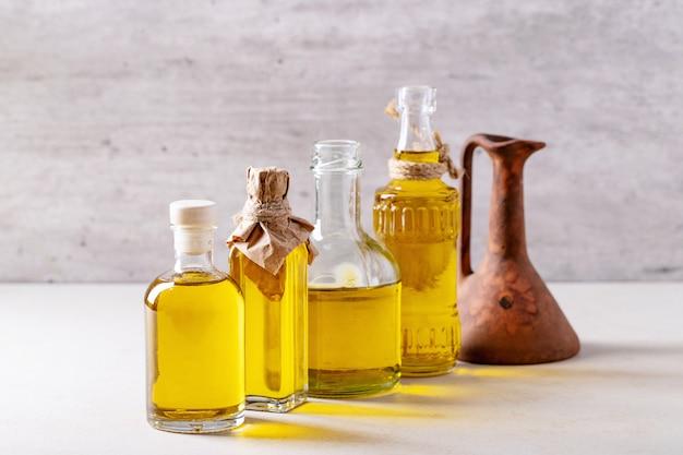 Olijfolie in glazen flessen