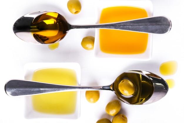 Olijfolie in kom en lepels