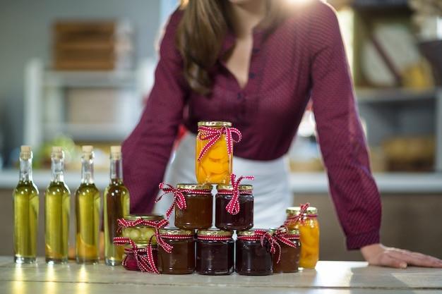 Olijfolie, jam, augurk samen op tafel geplaatst