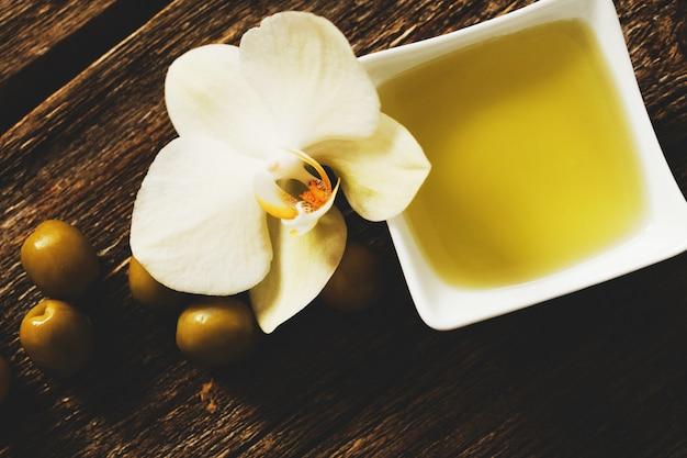 Olijfolie met bloemen