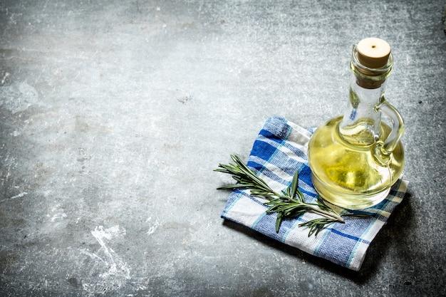 Olijfolie met rozemarijntak.