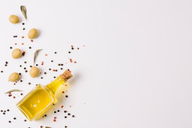 Olijfolie met specerijen en olijven frame
