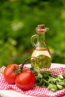 Olijfolie met tomaten en kruiden.
