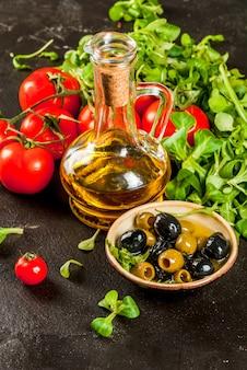 Olijfolie, slabladeren, tomaten.