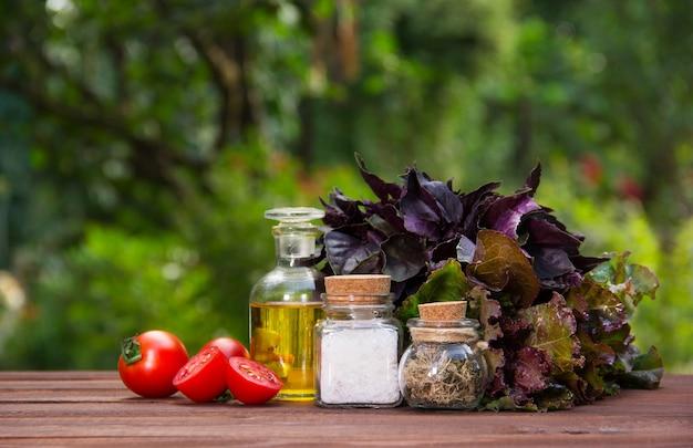 Olijfolie, zout en kruiden, ingrediënten voor zomersalade