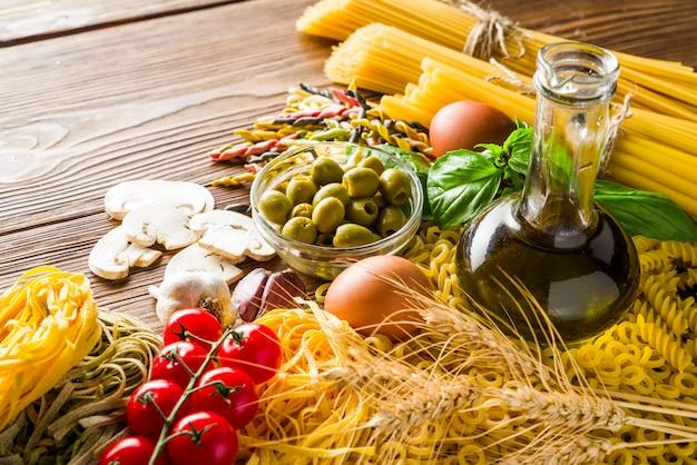 Olijven en champignons en eieren met pasta en vermicelli van durumtarwe