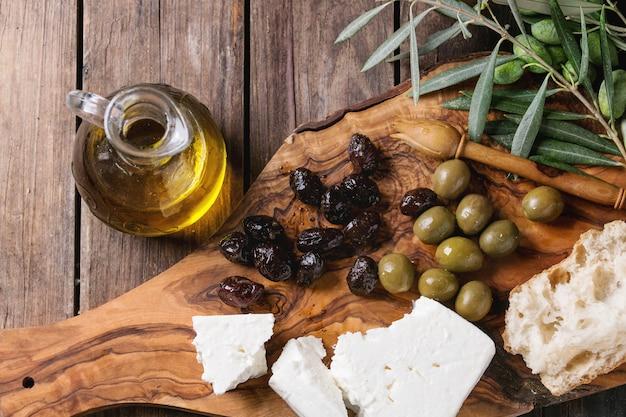 Olijven met feta-kaas en brood