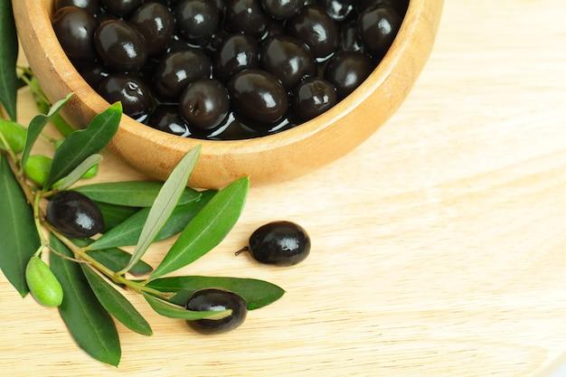 Olijven met groene bladeren, achtergrond - voedselgrens