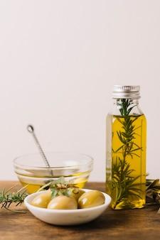 Olijven met rozemarijn en olie
