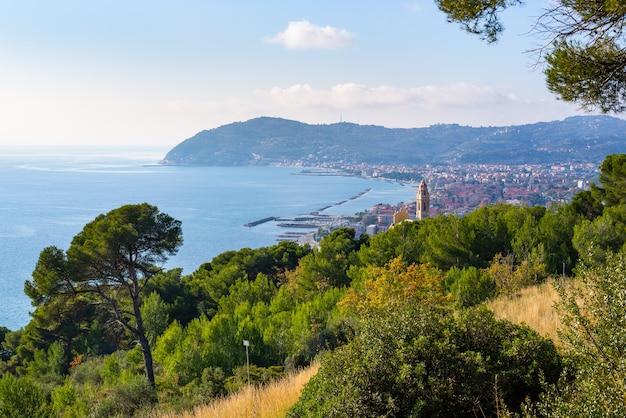 Olijvenboomtakken op italiaanse kustlijn, ligurië