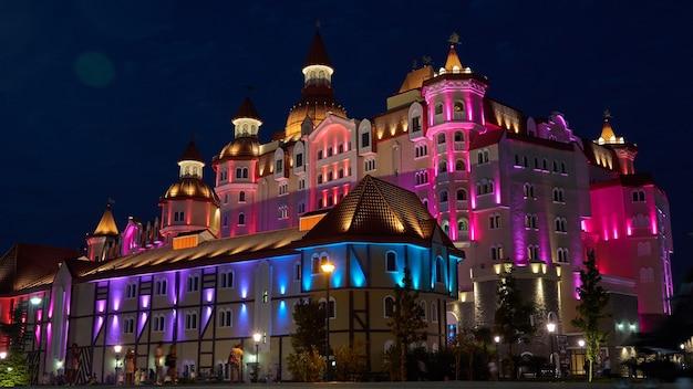 Olimpic dorp sochi avonturenpark het hotelcomplex bogatyr stijl middeleeuws kasteel