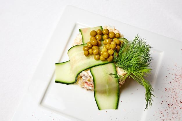 Olivie salade met kalfsgekookte groenten en kappertjes