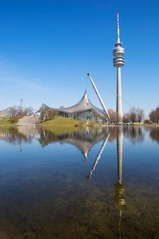 Olympiapark munchen en het meer, duitsland.