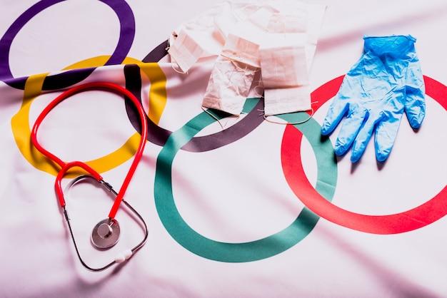 Olympische vlag verborgen met medische benodigdheden tijdens de annulering van de olympische spelen in tokio.