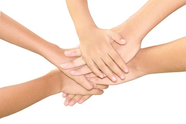 Om de handen ineen te slaan om eenheid en teamgeest te tonen die op witte achtergrond wordt geïsoleerd.