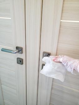 Om de verspreiding van het virus en de pandemie te voorkomen, veegt u deurgrepen, toiletten, voordeur en andere deuren af