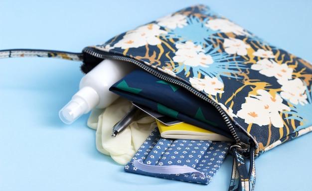 Om te winkelen tijdens de quarantaineperiode: masker, handschoenen, desinfectiemiddel, boodschappenlijstje, bankpas.